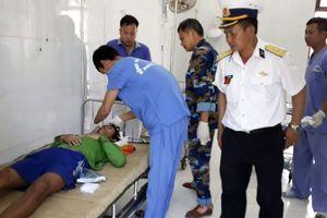Bệnh xá đảo Song Tử Tây cấp cứu ngư dân gặp nạn trên biển