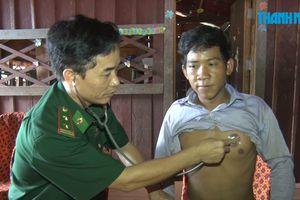 Lính quân hàm xanh đi chữa bệnh cho người dân Campuchia