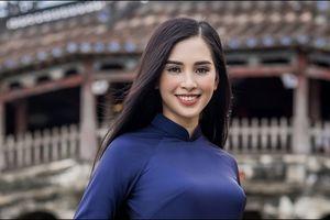 Hoa hậu Trần Tiểu Vy mặc áo dài dạo phố cổ Hội An