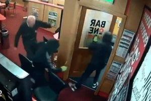 Cụ ông 85 tuổi tay không đánh 3 tên cướp khiến giới trẻ 'bái phục'