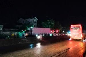 Sang đường lúc trời mưa, 1 người bị xe tải tông chết