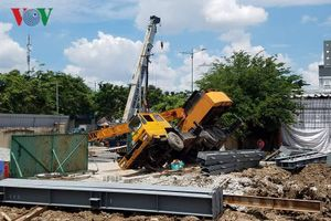 Công trình xây dựng không phép để cần cẩu đổ sập ra đường