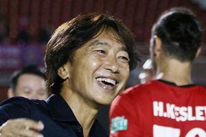 HLV Miura cười sung sướng khi giành thêm 3 điểm ở V-League