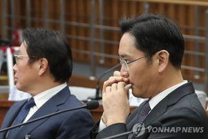 Biểu cảm của sếp Samsung khi bị bắt gặp dùng son dưỡng môi