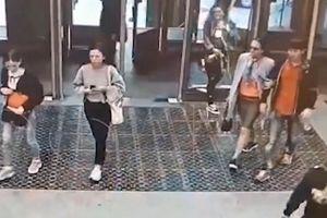 Mải xem điện thoại di động, cô gái đâm vỡ cửa kính ga tàu điện