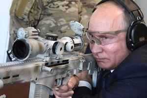 Video tổng thống Putin trổ tài bắn tỉa với súng trường tối tân Kalashnikov