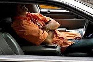 Giám đốc trẻ chết trong ô tô đóng kín trước cửa nhà