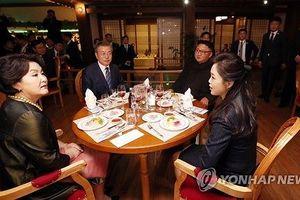 Hai ông Moon - Kim ăn hải sản tại nhà hàng ven sông