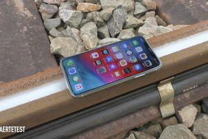Thử cho tàu hỏa cán qua iPhone XS và cái kết không thể đắng hơn