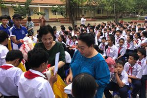 Đưa Trung thu đến với trẻ em nghèo hiếu học ở xã đảo Phước Lại