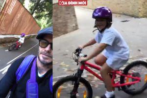 Beckham đạp xe 'hộ tống' con gái yêu Harper đến trường