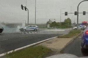 Clip Renault Clio đâm thẳng vào xe cảnh sát