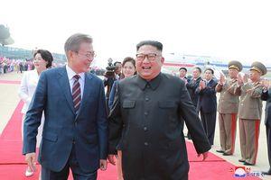 Những cử chỉ thân mật ông Kim Jong Un dành cho Tổng thống Hàn Quốc
