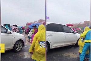 Nữ tài xế cố tình lái xe ô tô chen ngang qua nhóm học sinh đang sang đường