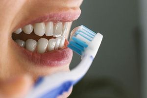 Tranh cãi nên đánh răng trước hay sau bữa sáng