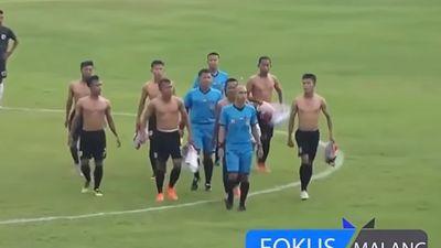 Clip: Cầu thủ Indonesia 'tung cước', cởi trần khiến trọng tài bỏ chạy