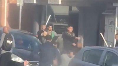 Hàng chục đàn ông hỗn chiến tập thể đẫm máu giữa phố Anh