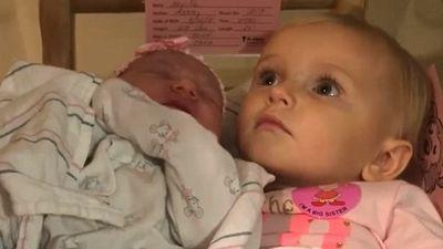 Khoảnh khắc đáng yêu khi chị gái 5 tuổi nhất quyết không cho ai bế em trai mới sinh