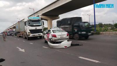 Xe container tông xe taxi xoay vòng trên quốc lộ 1, 2 hành khách thoát chết