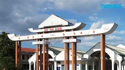 Cổng chào hoành tráng thành 'khu nhà ma' trên Quốc lộ 9