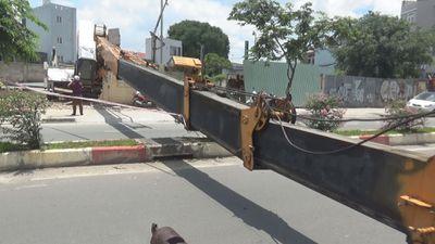 Thót tim vì cần cẩu 'gục đầu' trên đại lộ Phạm Văn Đồng
