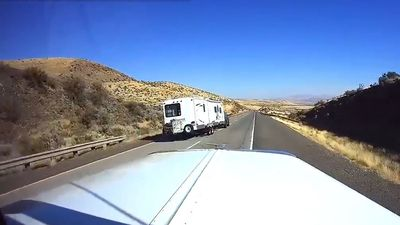 Minivan 'vẩy như đuôi cá' ở tốc độ hơn 100km/h rồi lao ra khỏi đường