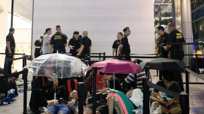 Người VN ăn ngủ, đội mưa chờ iPhone XS ở Singapore