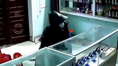 Clip đạo chích mặc áo mưa đột nhập cửa hàng, trộm sạch tủ ĐTDĐ khi chủ đi nhậu