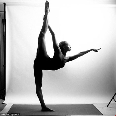 Chum anh tap yoga khoa than an tuong hut hon nguoi xem - Anh 1