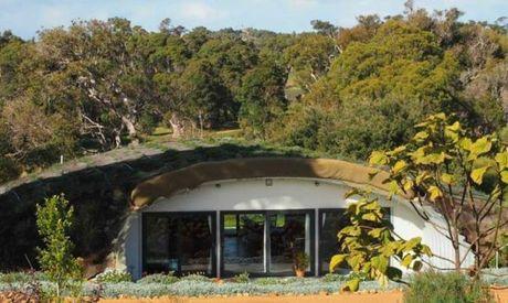 Ngắm ngôi nhà gỗ tiện nghi xây ẩn dưới một ngọn đồi nhỏ