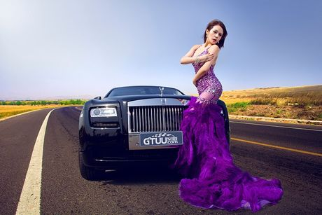 Chan dai sexy ben sieu xe sang Rolls-Royce Ghost tien ty - Anh 1