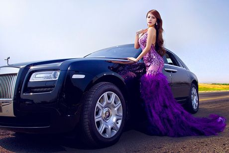 Chan dai sexy ben sieu xe sang Rolls-Royce Ghost tien ty - Anh 2