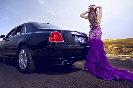 Chan dai sexy ben sieu xe sang Rolls-Royce Ghost tien ty - Anh 3
