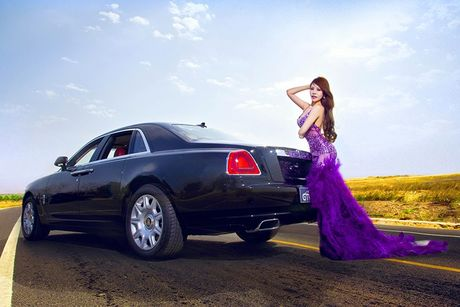 Chan dai sexy ben sieu xe sang Rolls-Royce Ghost tien ty - Anh 4