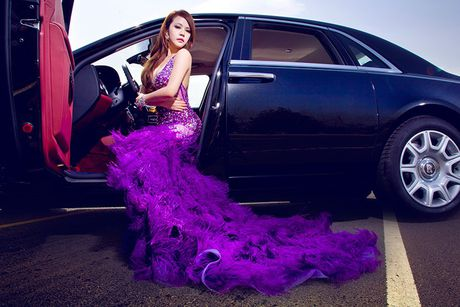 Chan dai sexy ben sieu xe sang Rolls-Royce Ghost tien ty - Anh 5