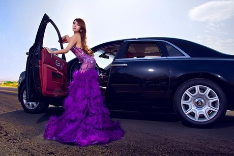 Chan dai sexy ben sieu xe sang Rolls-Royce Ghost tien ty - Anh 6