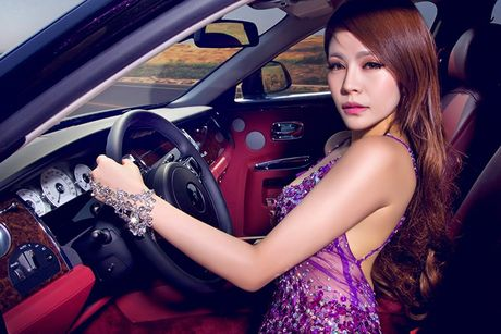 Chan dai sexy ben sieu xe sang Rolls-Royce Ghost tien ty - Anh 7