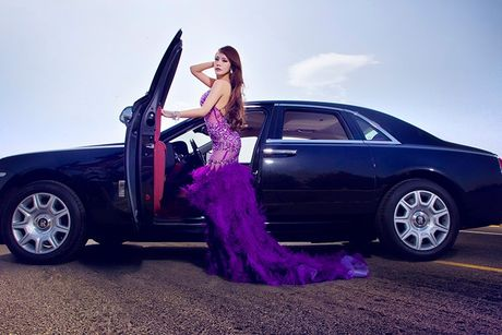 Chan dai sexy ben sieu xe sang Rolls-Royce Ghost tien ty - Anh 8