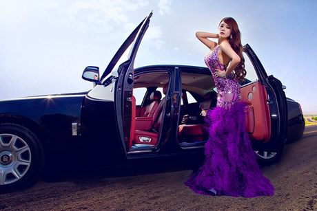 Chan dai sexy ben sieu xe sang Rolls-Royce Ghost tien ty - Anh 9