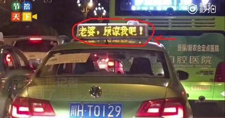 Vo gian bo nha di, chong thue hon 600 xe taxi treo bien 'Ba xa, tha loi cho anh nhe!' goi vo ve - Anh 1