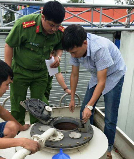 Nghe An: Bat giu doanh nghiep lam gia 2 trieu lit xang A92 - Anh 2