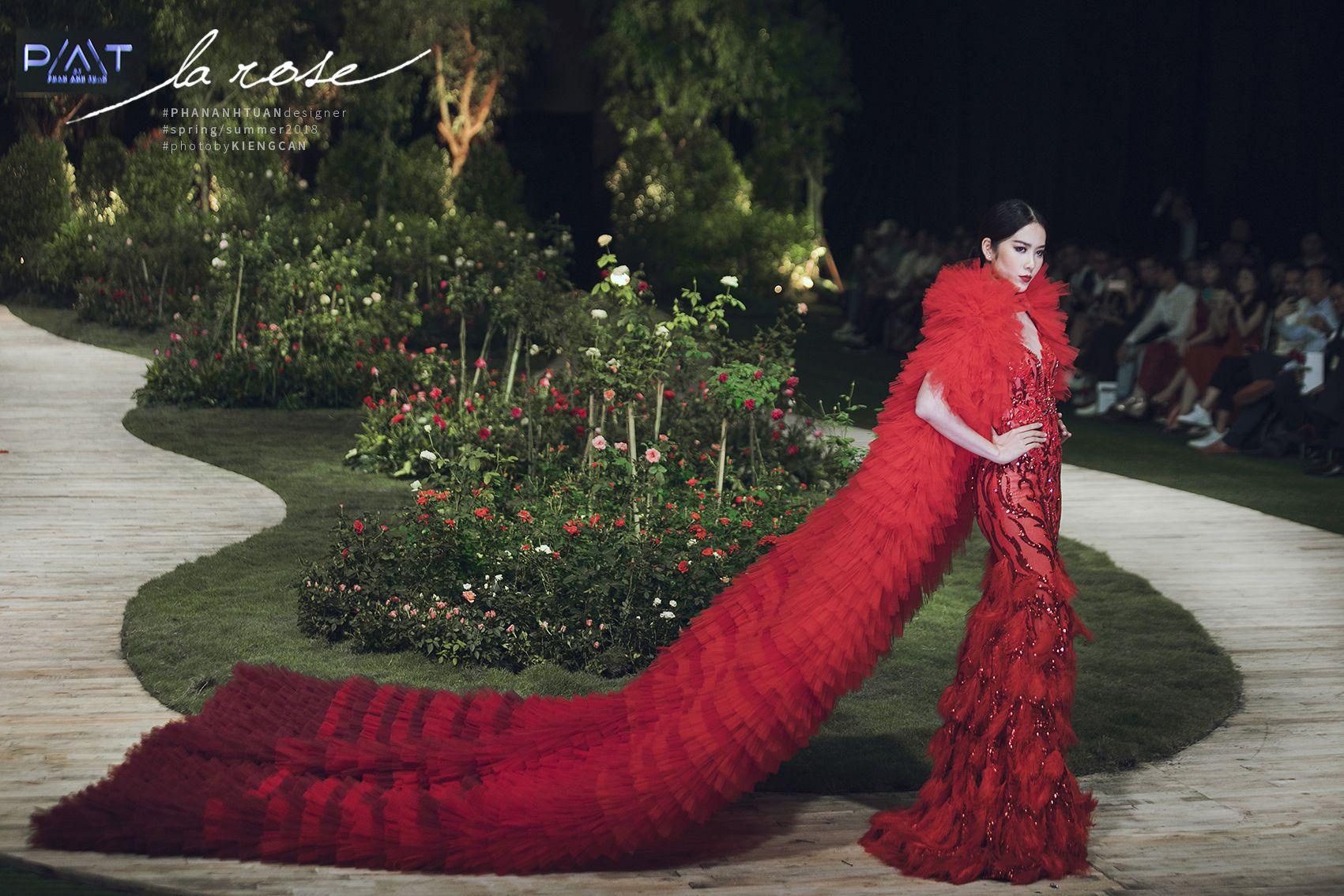 Hoa khôi Nam Em nổi bật với chiếc váy lộng lẫy... dài 5m